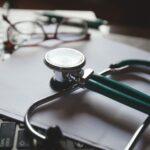 Ile zarabia lekarz specjalista?