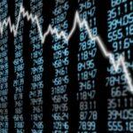 NBP ingeruje i osłabia złotego, by ulżyć gospodarce